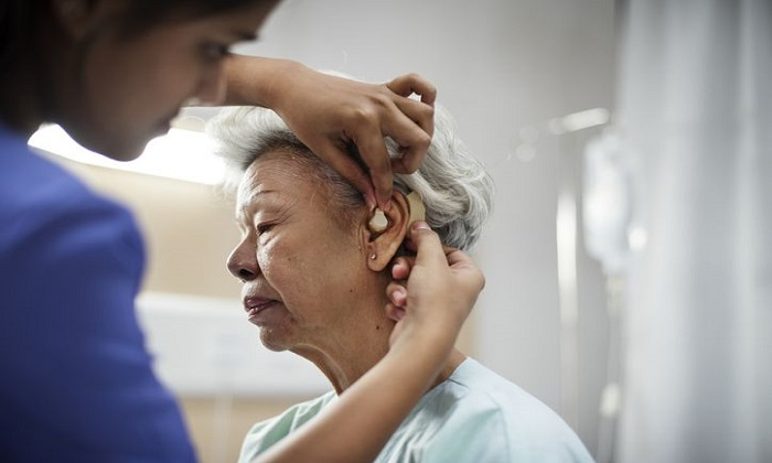 ۴ خطر سلامت پنهان کم شنوایی
