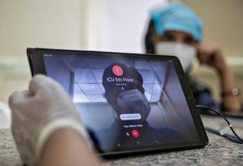تلاش برای برقراری ارتباط تصویری با یک مادر بزرگ بستری در بخش آی سی یو در بیمارستانی در شهر دهلی هند