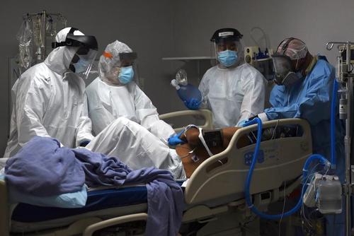 مادخله کادر درمان برای یک بیمار بدحال در آی سی یو در هیوستون تگزاس