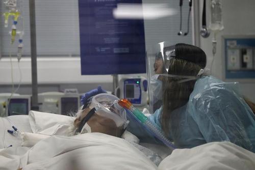 خداحافظی فرزند از مادر 76 ساله بدحال کرونایی در بیمارستانی در شهر سانتیاگو شیلی
