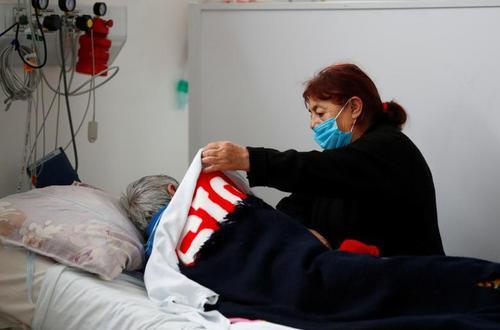 مراقبت یک زن مبتلا به کرونا از همسر بدحال مبتلایش در بخش