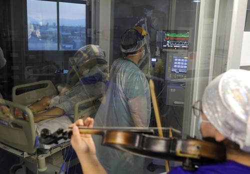 نوازندگی پرستار برای بیماران کرونایی بتسری در ای سی یو در بیمارستانی در شهر سانتیاگو